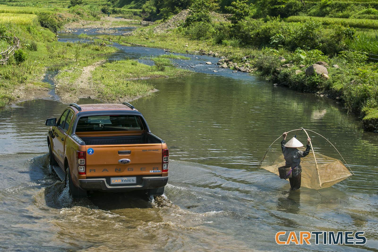 Ford Ranger trở nên hết sức thơ mộng bên suối và bà lão đánh cá
