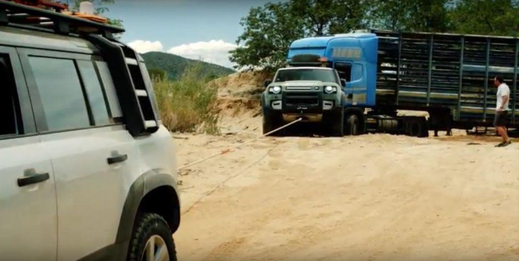 Bộ đôi Land Rover Defender giải thoát chiếc xe tải 20 tấn khởi lún cát nguy hiểm