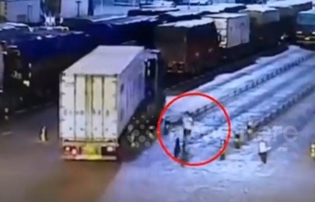 Khoảnh khắc trước khi chiếc lốp xe container phát nổ
