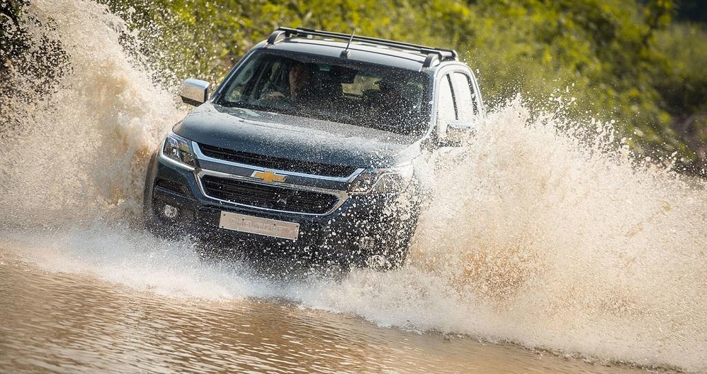 Những lưu ý khi lái xe ô tô qua đường ngập nước