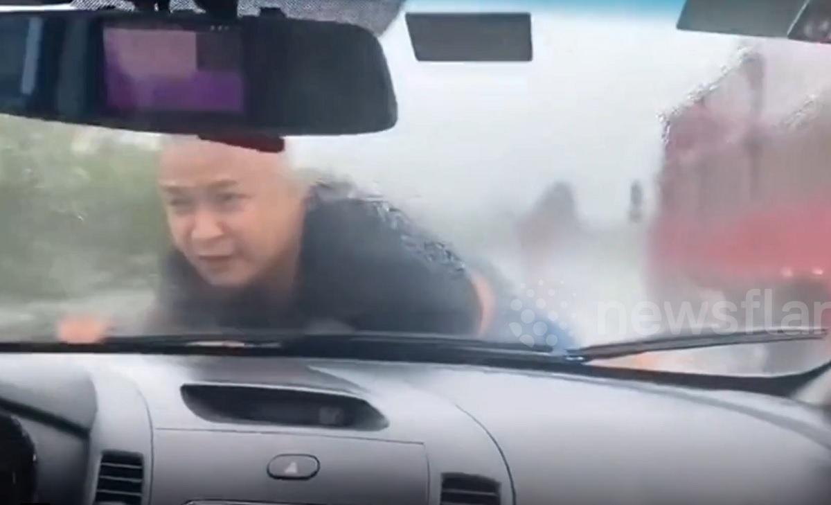 Chặn xe vợ cũ, người đàn ông nằm nắp ca-pô suốt 20 km trên cao tốc