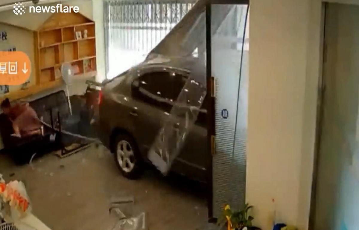 Cô gái ngồi trên sofa trong nhà suýt chết vì ô tô đâm