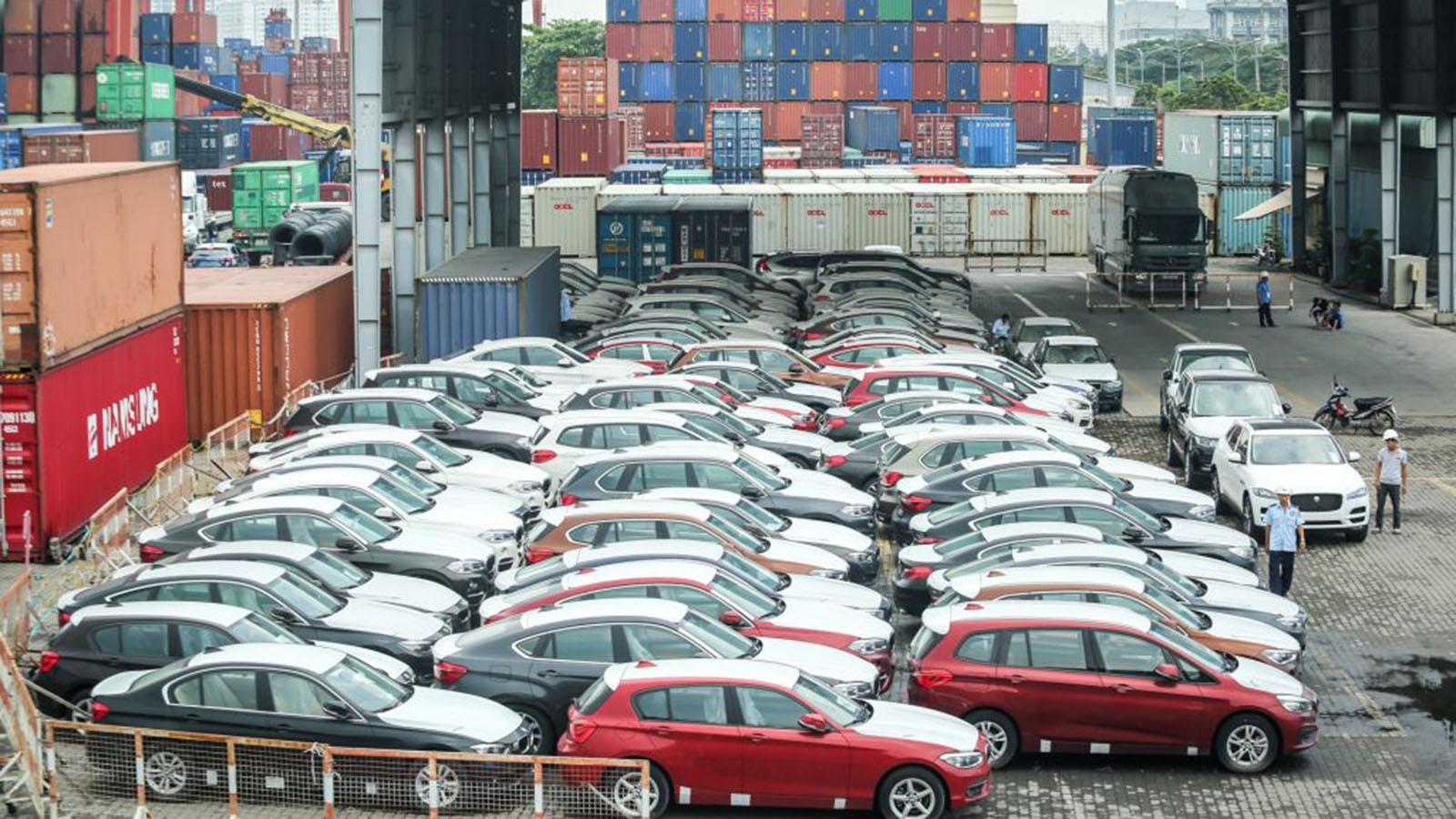 Lượng ô tô nhập khẩu vào Việt Nam giảm mạnh so với nửa cuối tháng 12/2020