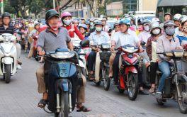 Người Việt đi xe máy như thế là ngu hay khôn?