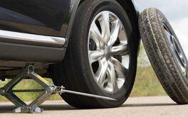 Kinh nghiệm xử lý khi xe ô tô bị thủng lốp giữa đường