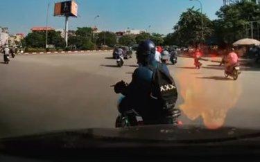 """Xe đạp điện lượn trước đầu ô tô như """"thần gió"""", tài xế khóc thét"""