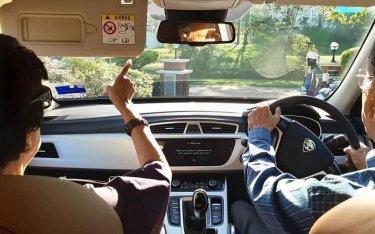 """Sau khi cầm lái xe VinFast, Thủ tướng Malaysia lại """"gây sốt"""" khi tự lái xe đưa vợ đi dạo phố"""