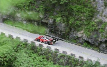 Siêu xe điện Volkswagen ID. R chinh phục 99 khúc cua tại đỉnh Thiên Môn