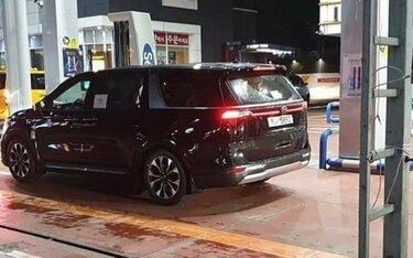 """Kia Sedona 2021 lộ diện """"trần trụi"""" trên đường phố, sở hữu thiết kế mới sắc sảo"""